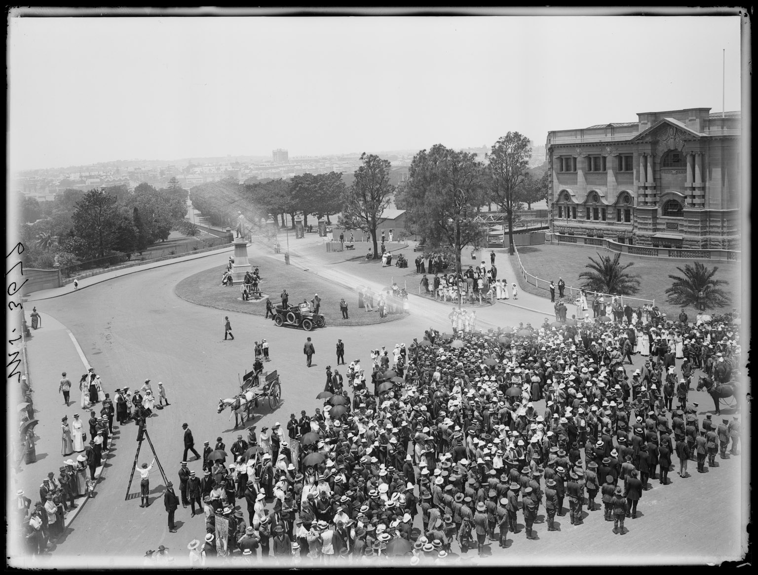 Photographing the 'Kangaroos' as they gather on Macquarie Street near the Mitchell Library at the completion of their recruitment march from Wagga Wagga to Sydney. At Domain entrance:  Return of the 'Kangaroos', The Domain, Sydney, 1916.  NRS 4481 MS 3679
